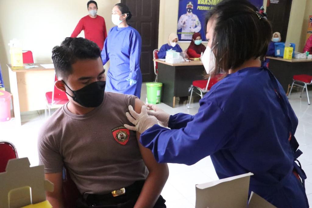 Jajaran Polres Lingga Divaksin Dosis Pertama