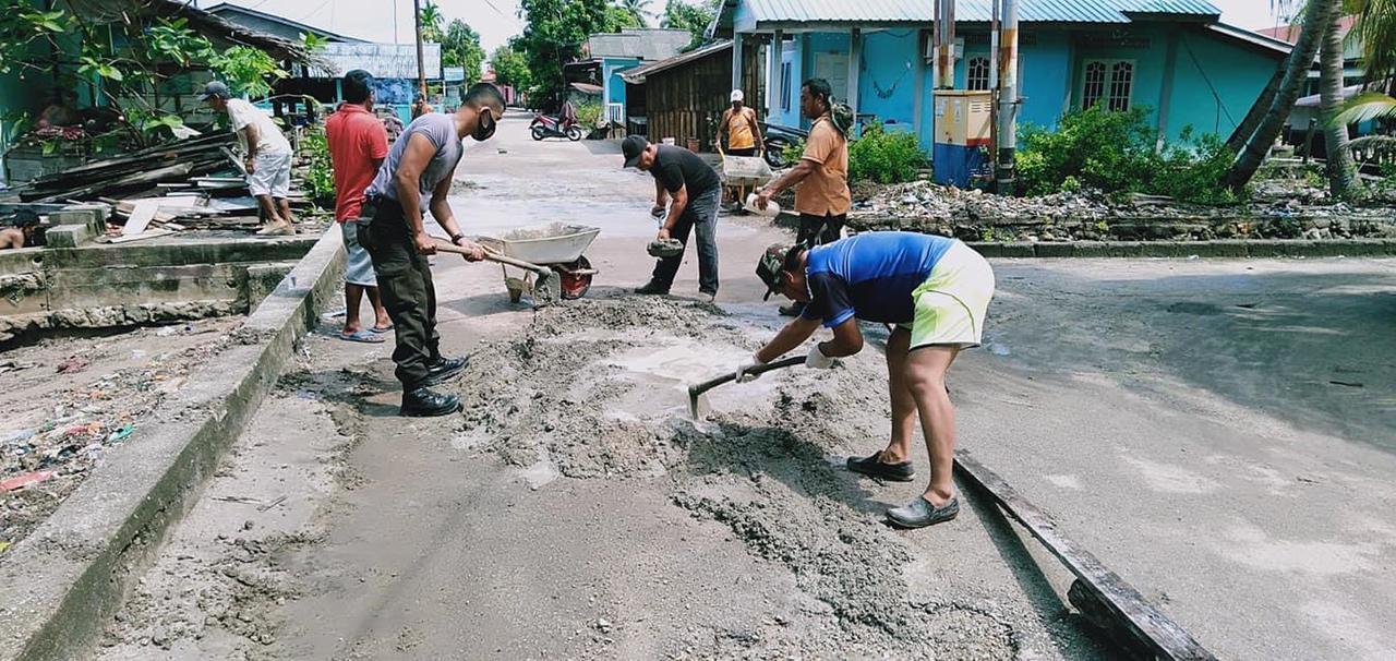 Foto Ikatan pemuda buru, Jalan berlubang, Perbaiki jalan berlubang