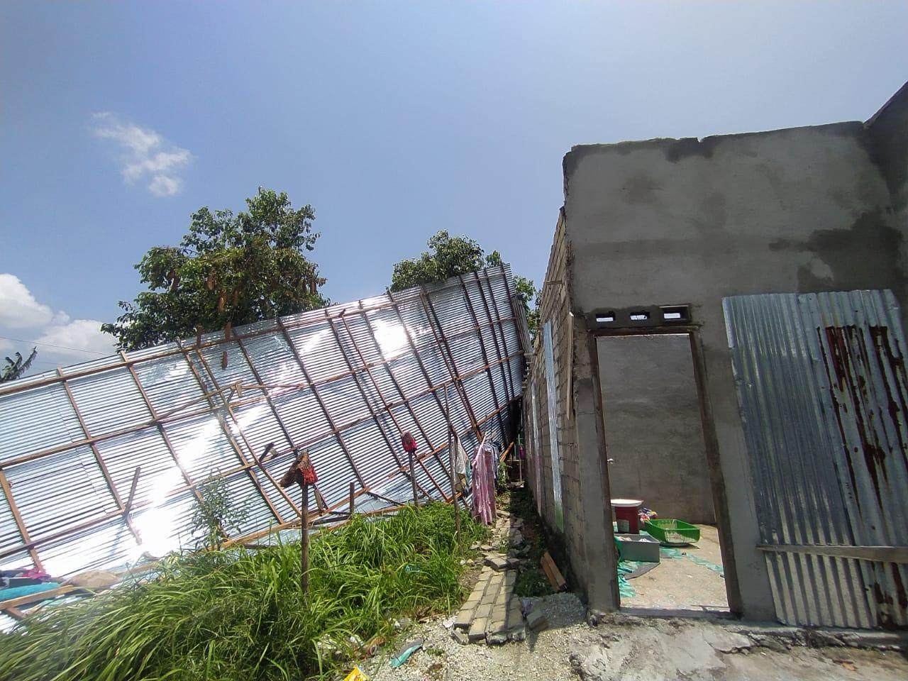 Foto angin terpa rumah warga, Hujan di karimun, karimun, Rumah warga ambruk