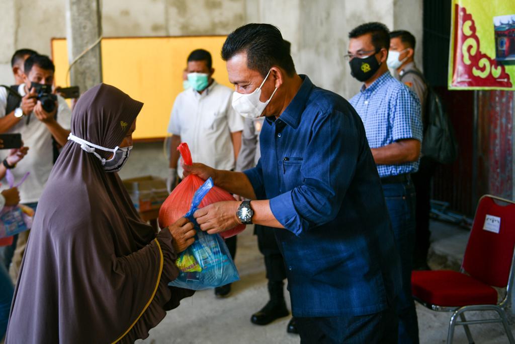 Foto gubernur ansar, gubernur ansar ahmad, Pembagian sembako, permabudhi, permabudhi bagikan sembako, permabudhi tanjungpinang, rawat kebersaman