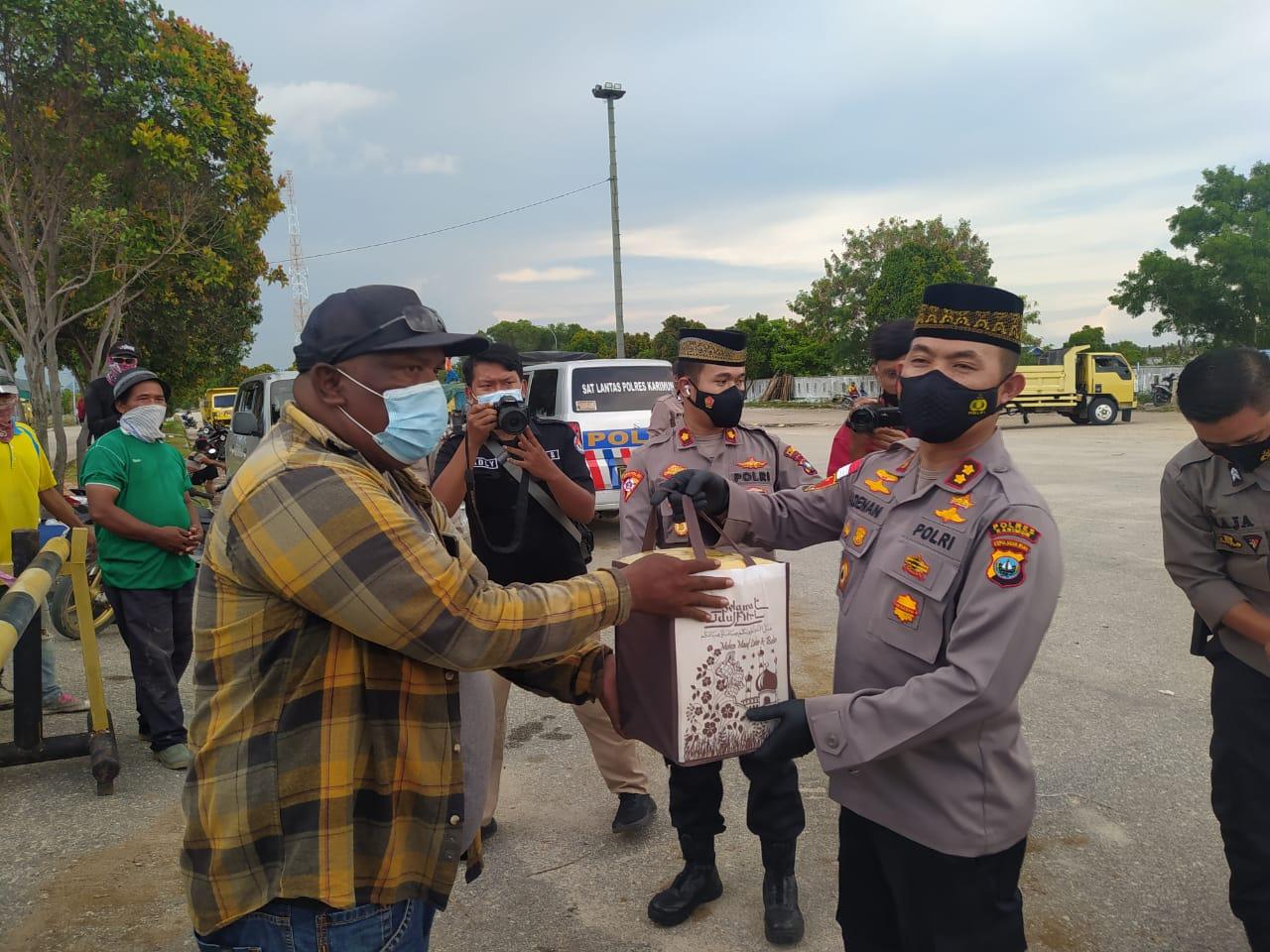Foto hari buruh, Kapolres Karimun, karimun, Paket sembako, paket sembako untuk buruh, pekerja bongkar muat, pelabuhan, Peringatan hari buruh
