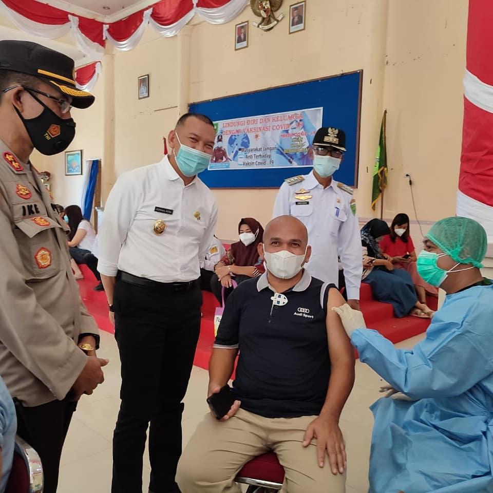 Foto DPRD natuna, Ketua komisi I dprd natuna, vaksinasi, vaksinasi di natuna, wan aris dan keluarga divaksin, wan arismunandar