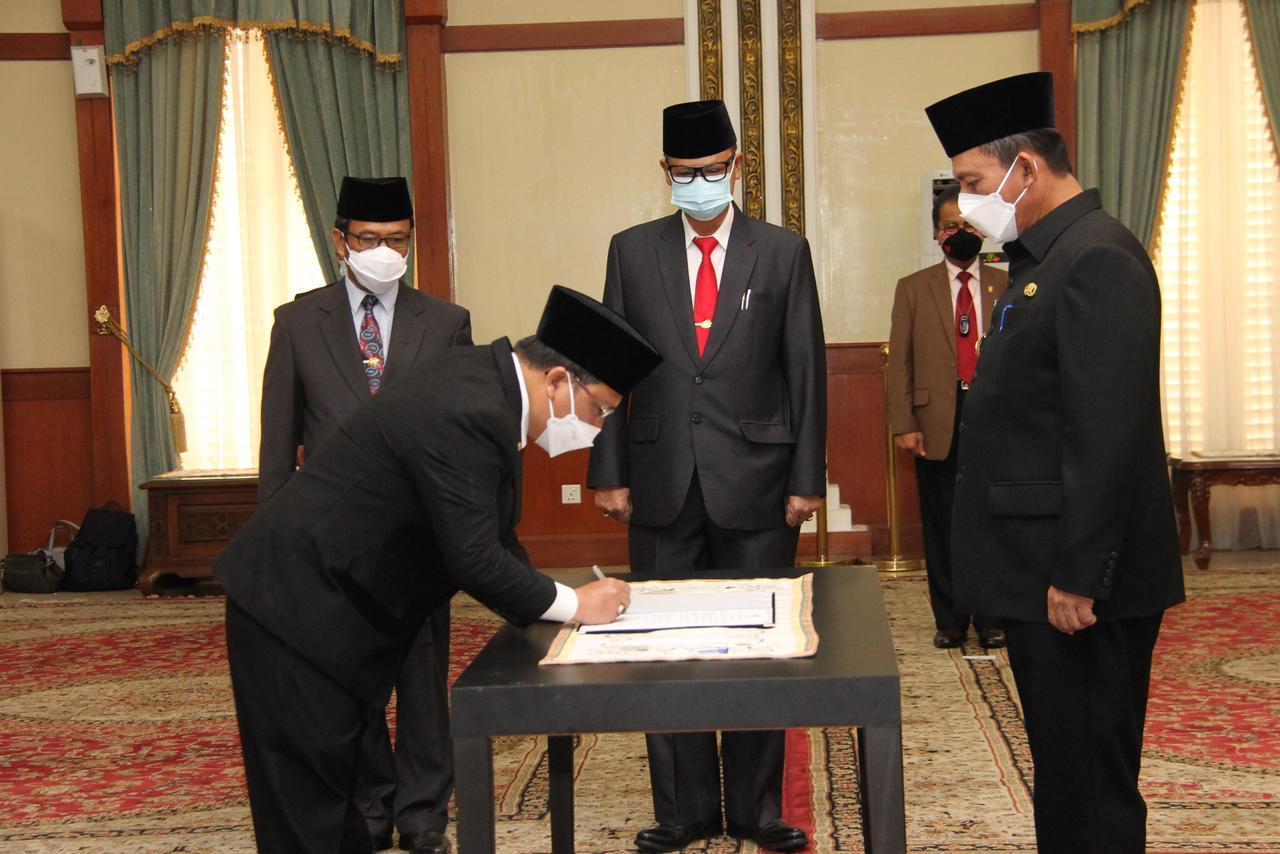 Foto gubernur ansar, gubernur ansar lantik pejabat, lamidi, lamidi jabat sekda
