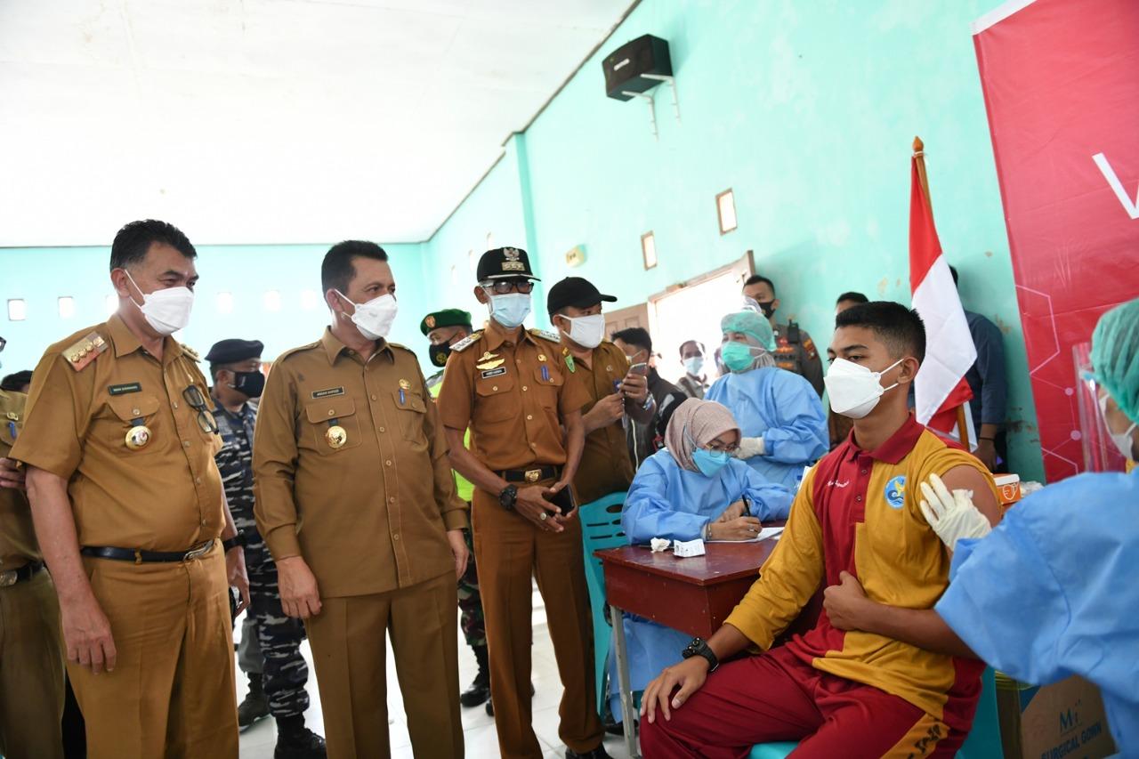 Foto anak usia 12 - 17 tahun divaksin, Gubernur Canangkan Vaksinasi, Remaja Usia 12-17 Tahun, vaksinasi anak, vaksinasi di sekolah