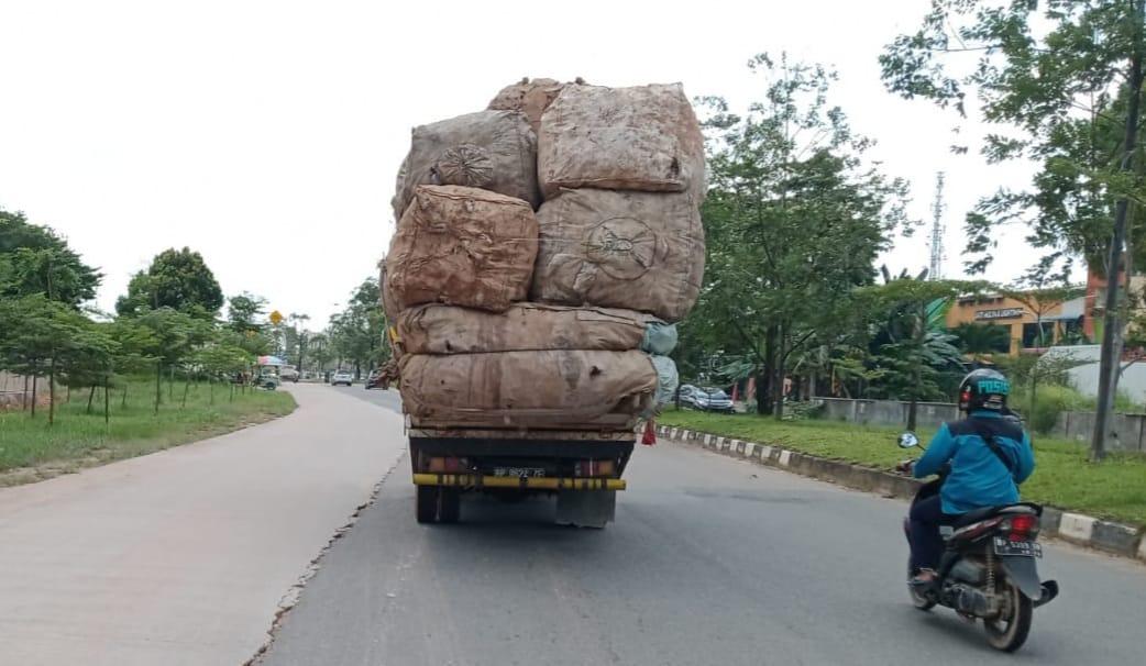 Foto Batam, Headline, jalan raya kda, kda batam center, truk barang, Truk Barang Bermuatan Overload, truk barang di batam