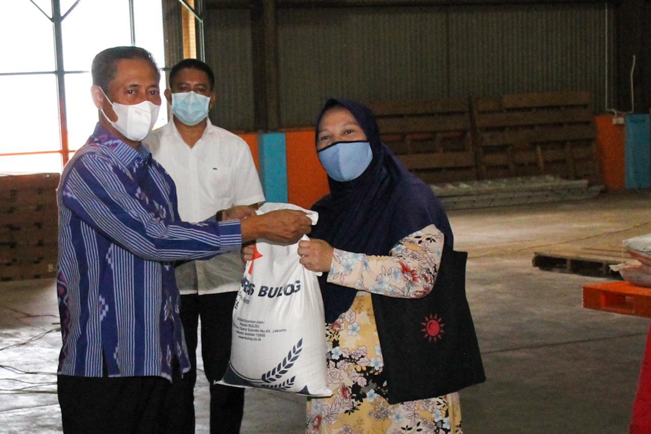 Foto bantuan beras, bantuan ppkm darurat, bantuan untuk masyarakat, gubernur ansar, pemrov berikan bantuan beras, ppkm darurat