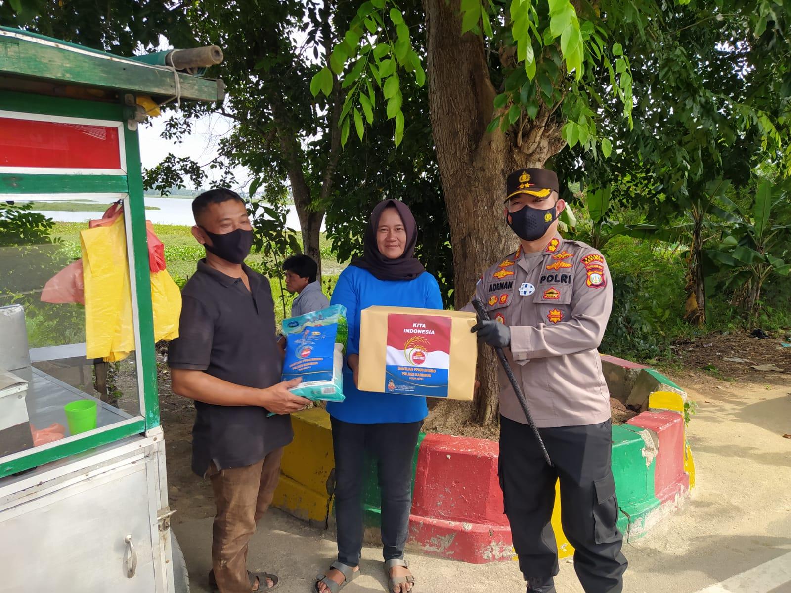 Polres Karimun Bagikan Ratusan Paket Sembako ke Masyarakat